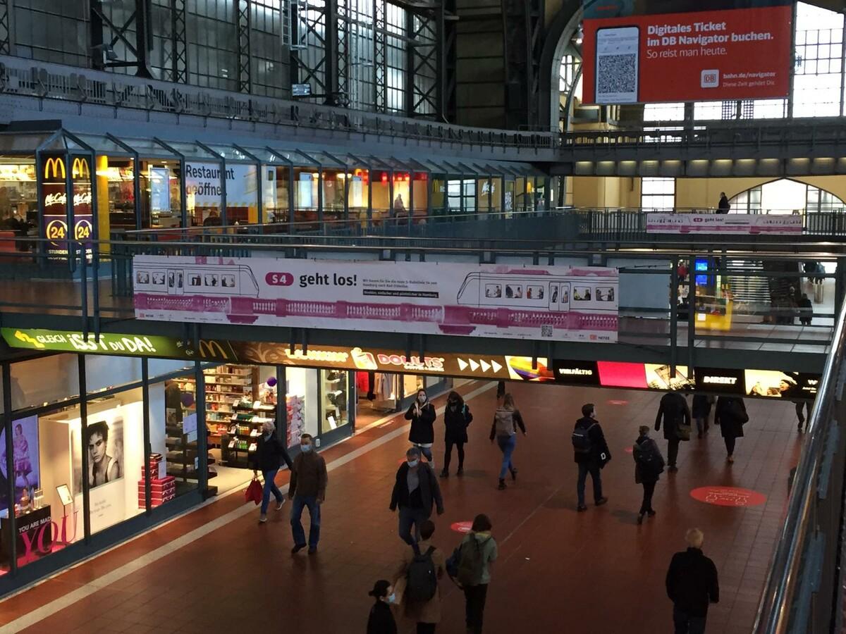 Spannbänder im Hauptbahnhof