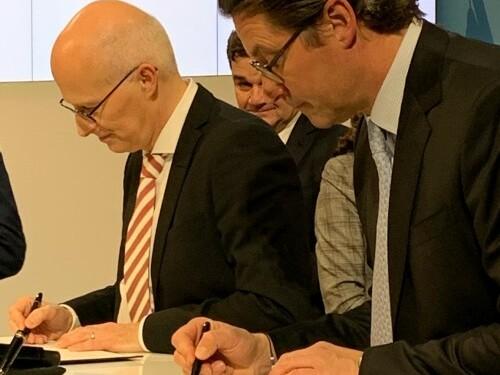 Hamburgs Oberbürgermeister Dr. Peter Tschentscher und Bundesverkehrsminister Andreas Scheuer bei der Unterzeichnung.
